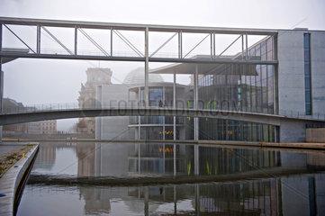 Berlin  Deutschland  Paul-Loebe-Haus und der Reichstag im Herbstnebel