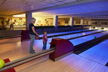Kalkar  Deutschland  Besucher auf der Bowlingbahn des Wunderlandes Kalkar