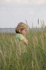 Insel Amrum  Wittduen  Deutschland  5-jaehriges Maedchen steht in den Duenen