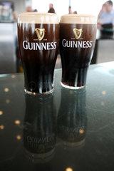 Dublin  Irland  mit Bier der Marke Guinness gefuellte Glaeser