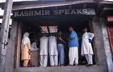 Srinagar  Indien  Einheimische in einer Baeckerei