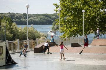 Tiraspol  Republik Moldau  Kinder auf einer Skaterbahn