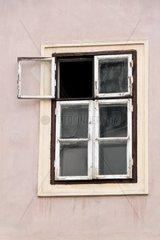 Ein Wohnhaus in der Stadt ist sanierungsbeduerftig Alte Wohnhaeuser in Bratislave  Slowakei