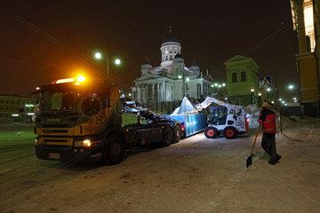 Helsinki  Finnland  Winterdienst befreit eine Strasse vom Schnee