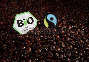 Berlin  Deutschland  Kaffeebohnen mit EG-Bio- und Fair-Trade-Siegel