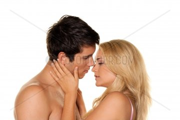 Paar hat Spass und Freude Liebe  Erotik und Zaertlichkeit im Alltag
