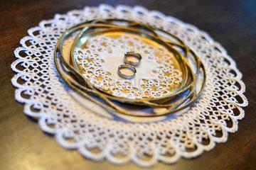 Oldenburg  Deutschland  Ringe auf einem Tablett