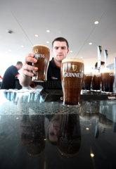 Dublin  Irland  ein Mann serviert Bier der Marke Guinness