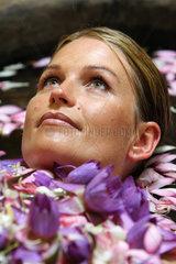 Wadduwa  Sri Lanka  ein Frau nimmt ein ayurvedisches Blumenbad