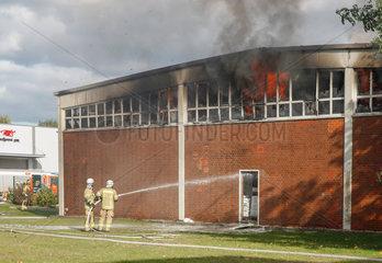 Berlin  Deutschland  Loescharbeiten an einer brennenden Lagerhalle