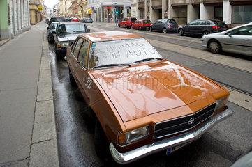 Wien  Oesterreich  Sympathiebekundung fuer einen alten Opel