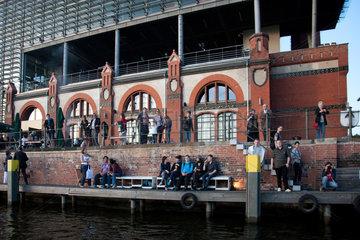 Berlin  Deutschland  Besucher beim Veranstaltungshaus Radialsystem V an der Spree