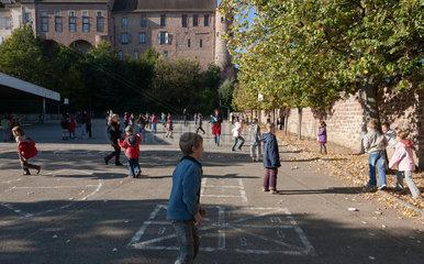 Zabern  Frankreich  Pause auf dem Schulhof einer Grundschule