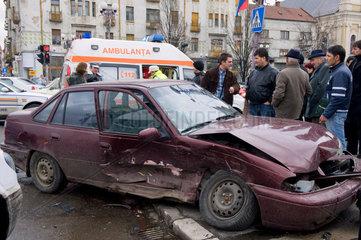Oradea  Rumaenien  Schaulustige am Unfallort