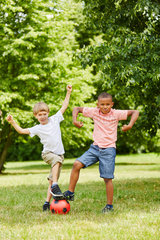 Jungen haben Spass beim Fussball spielen