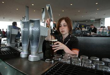 Dublin  Irland  eine Frau zapft Bier der Marke Guinness in der Gravity Bar