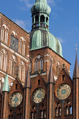 Stralsund  Deutschland  Fassadendetail der St.-Nikolai-Kirche und Stralsunder Rathaus