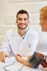 Arzt als Facharzt misst den Blutdruck