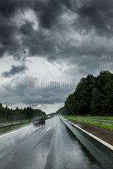 Nasse Fahrbahn bei Regenwetter