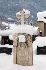 Afritz am See  Oesterreich  zugeschneiter Grabstein auf dem Friedhof in Afritz