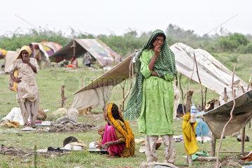 Ktebanda  Pakistan  Fluechtlinge behelfen sich notduerftig mit Zeltplanen