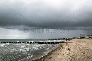 Warnemuende  Deutschland  dunkle Wolken ueber der Ostsee