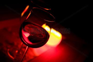 Weinglaeser im Kerzenschein