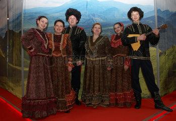 Berlin  Deutschland  Frauen und Maenner aus dem russischen Altai-Gebirge auf der ITB