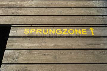 Holzsteg mit der Aufschrift Sprungzone