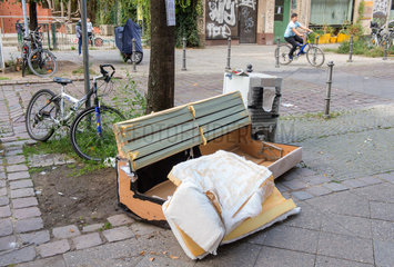 Illegal abgestellter Sperrmuell in den Strassen von Berlin