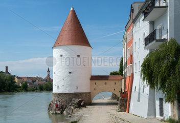 Der Schaiblingsturm in Passau am Ufer des Inn