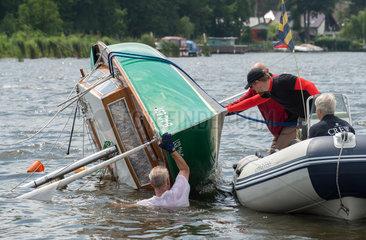 Bergung eines gekenterten Segelbootes