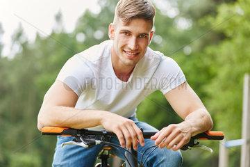 Teenager als Radfahrer mit Mountainbike