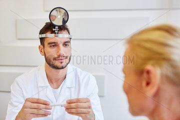 Facharzt als HNO-Arzt in Sprechstunde