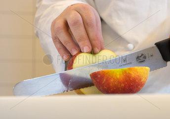 Nahaufnahme beim Obstschneiden