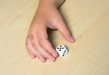 Kinder beim Spiel mit einem Wuerfel