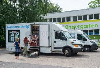 Das Mobil der Stadtbibliothek Mitte vor einer Kindertagesstaette