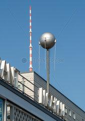 Detail des Cafe Moskau mit Fernsehturm und einem DDR-Plattenbau in der Karl-Marx-Allee