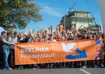 Schulkinder bei der Eroeffnung des Berliner Friedenslaufes