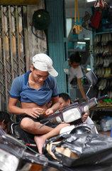 Hanoi  Vietnam  ein junger Mann sitzt auf seinem Moped