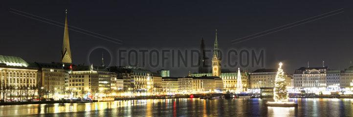 Binnenalster mit Alstertanne und Rathaus zur Weihnachtszeit in Hamburg  Deutschland  Europa