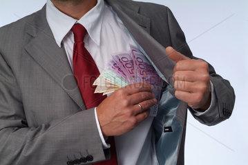 Hamburg  Deutschland  Geschaeftsmann steckt Geldscheine in sein Jackett