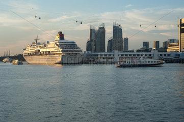 Singapur  Republik Singapur  ein Kreuzfahrtschiff an der Harbourfront