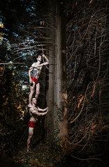 Maenner im Wald