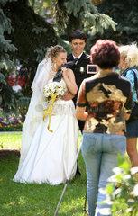 Gomel  Weissrussland  Hochzeitspaar posiert fuer das Erinnerungsfoto und Video