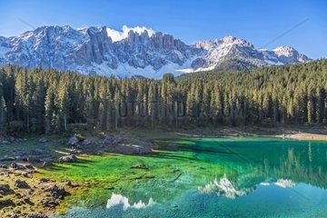 Idyllischer kleiner Bergsee auf dem Karerpass in Suedtirol