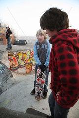 Bremen  Deutschland  Jugendliche mit Skateboard in der Halfpipe