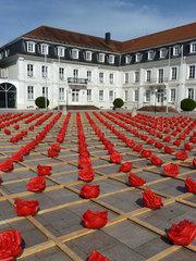 Zweibruecken  Deutschland  die Stadtbuecherei hinter 1000 Rosen fuer Zweibruecken von Ottmar Hoerl