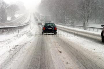 Autobahnfahrt in dichtem Schneetreiben.