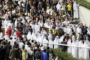 Dubai  Vereinigte Arabische Emirate  Menschen auf der Galopprennbahn Meydan